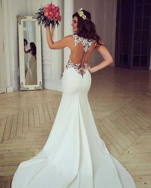 Forme fourreau robe de mariée en dentelle délicat dos nu transparente traine alayage