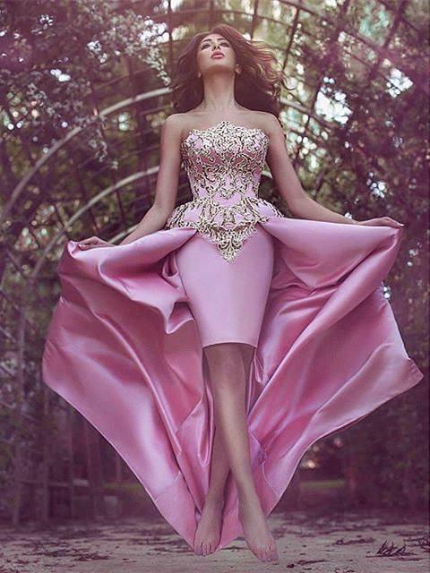 Forme princesse robe de cérémonie en satin bonne qualité reborderie d'or longueur sol